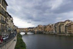 Florence Italy - 7 settembre 2016 Arno River nel cuore della t fotografie stock libere da diritti
