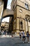 florence italy tuscany Maj 23, 2017: Sikt av gatacallen Arkivfoton