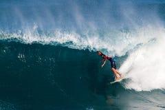 florence john styrer att surfa för pipeline Royaltyfri Fotografi