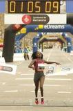 Florence Kiplagat que quebra o meio recorde mundial da maratona Fotos de Stock Royalty Free