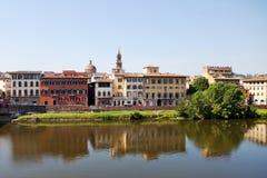 Florence landskap i den Arno floden Royaltyfri Foto