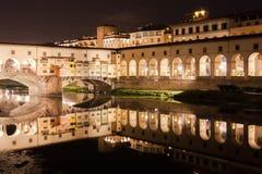 Florence : Le Ponte Vecchio par nuit photo stock