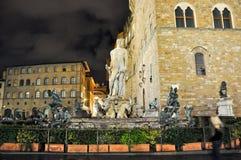 FLORENCE-NOVEMBER 11 :海王星喷泉在广场della Signoria的在11月11,2010的晚上在佛罗伦萨,意大利。 图库摄影