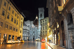 FLORENCE-NOVEMBER 10 :通过degli Agli和大教堂二圣玛丽亚在背景的del菲奥雷11月10,2010在佛罗伦萨, 免版税库存照片
