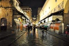FLORENCE-NOVEMBER 10: Ponten Vecchio på natten på November 10, 2010 i Florence, Italien. Arkivbild