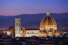 Florence på skymning från Piazzale Michelangelo (Tuscany, Italien) Arkivfoton