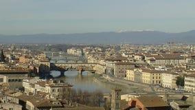 Florence Pan LR boven de Arno-rivier stock videobeelden