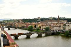Florence panorama med berömda broar och floden, Italien royaltyfri foto