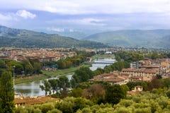 Florence panoramautsikt av outskirten och floden royaltyfria bilder