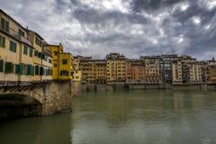 Florence Ponte Vecchio och Arno flod i Tuscany Fotografering för Bildbyråer