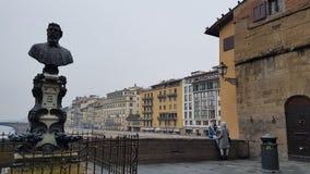Florence Ponte Vecchio Shoppar med säljare av guld royaltyfri bild