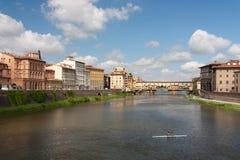 Florence - Ponte Vecchio vid en molnig dag Fotografering för Bildbyråer