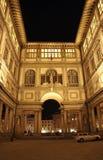 Florence, rampe de l'Ufizzi la nuit Images stock