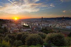 Florence, rivière de l'Arno et Ponte Vecchio juste avant le coucher du soleil, Italie Photo libre de droits