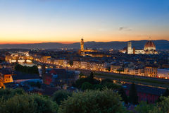 Florence, Rivier Arno en Ponte Vecchio, Italië stock foto