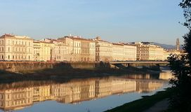 Florence sikt från den Arno floden Arkivfoton