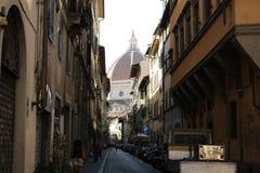 Florence, smalle straat, Cattedrale-Di Santa Maria del Fiore stock foto's