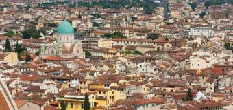 Florence - stadssikt från det Klockor tornet med Tempio Israelitico di Royaltyfria Bilder