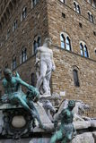 FLORENCE staty av Neptun i springbrunnen och Palazzoen Vecchio Royaltyfria Bilder