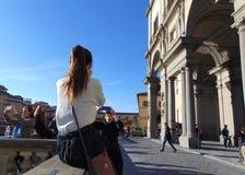 Florence Toscanië Italië Dijk van de rivier Arno Toeristen die foto's nemen stock afbeeldingen