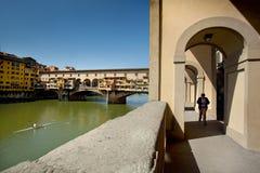 Florence Tuscany - April 09, 2011 - den Corridoio Vasariano körningen Royaltyfri Fotografi