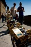 Florence Tuscany - April 09, 2011, förälskelsehänglås nära Arnoen Royaltyfri Bild