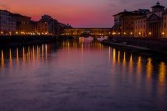 Florence tuscany/Italien 20 februari 2019: kortet för pontevechiobro som tas på härliga färger för guld- timme och den utmärkta b royaltyfri fotografi