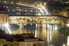 Florence vid natt från den gamla bron för ovannämnd pontevecchio Royaltyfria Foton