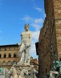 FLORENCE White staty av Neptun i den forntida springbrunnen I Arkivfoto