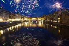 Florencia con los fuegos artificiales - celebración de Año Nuevo en la ciudad Foto de archivo libre de regalías