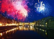 Florencia con los fuegos artificiales - celebración de Año Nuevo en la ciudad Imagen de archivo libre de regalías