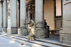 FLORENCIA - 17 DE DICIEMBRE DE 2015 Un bronce de la imitación del ejecutante de la calle Imágenes de archivo libres de regalías
