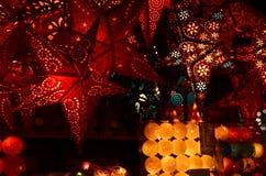 Florencia, el 2 de diciembre de 2017: Decoraciones de la Navidad en un mercado de la Navidad Imagen de archivo