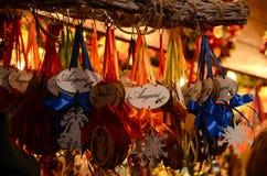 Florencia, el 2 de diciembre de 2017: Decoraciones de la Navidad en un mercado de la Navidad Fotos de archivo libres de regalías