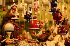 Florencia, el 2 de diciembre de 2017: Decoraciones de la Navidad en un mercado de la Navidad Imágenes de archivo libres de regalías