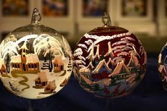 Florencia, el 2 de diciembre de 2017: Esferas de la Navidad en un mercado de la Navidad Imagen de archivo
