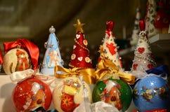 Florencia, el 2 de diciembre de 2017: Esferas de la Navidad en un mercado de la Navidad Foto de archivo