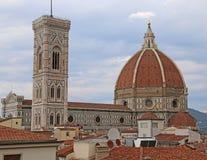 FLORENCIA en Italia con la bóveda de la catedral y la campana a Fotos de archivo