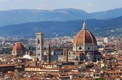 FLORENCIA en Italia con la bóveda de la catedral y la campana a Foto de archivo