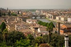 Florencia, Italia - 24 de abril de 2018: opinión sobre los tejados y los brindges sobre el río de Arno de Florencia, Italia imagenes de archivo