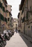 Florencia, Italia - 24 de abril de 2018: una calle vieja con las bicis parqueadas y algunas personas Fotografía de archivo
