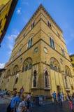 FLORENCIA, ITALIA - 12 DE JUNIO DE 2015: Gente no identificada que camina fuera de una iglesia histórica, imágenes de los santos  Imagen de archivo