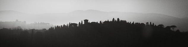 Florencia, Italia Paisajes montañosos En fondo blanco y negro refleja la silueta del paisaje Fotos de archivo