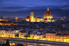 Florencia o Firenze, señal de la catedral del Duomo Opinión de la puesta del sol de Imagen de archivo