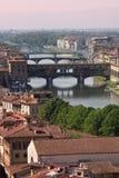 Florencia - puente viejo - Ponte Vecchio y Arno Foto de archivo