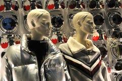 Florencja, Grudzień 2018: mannequins w pokazu okno w sklepie w Florencja podczas bożych narodzeń przyprawiają obrazy stock