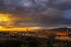 Florencja ` s linia horyzontu przy zmierzchem z Dramatycznym niebem obrazy royalty free