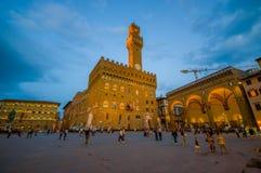 FLORENCJA WŁOCHY, CZERWIEC, - 12, 2015: Noc przychodzi w centrum Florencia, Stary pałac po środku kwadrata Zdjęcia Stock