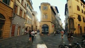 Florencja, Włochy, Czerwiec, 2017: Wąskie ulicy Florencja przy zmierzchem Turystów i miejscowych pośpiech o ich biznesie zdjęcie wideo