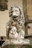 Florencja, Włochy - 23 Kwiecień, 2018: lew statua blisko loggii dei Lanzi obraz royalty free